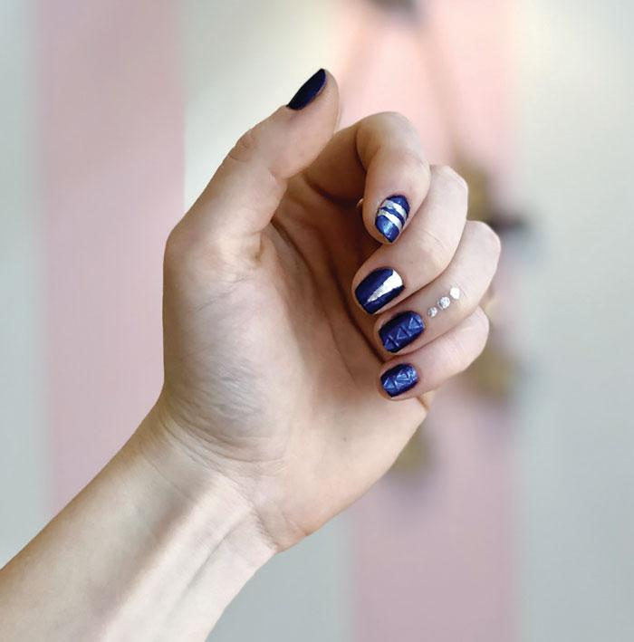 Μεταλλικό μπλε με ασημί λεπτομέρειες και 3D εφέ (essie shades: front page worthy-apres chic)