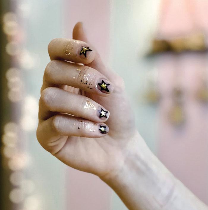 Επιλέξτε χρυσά αστέρια σε όλα τα νύχια με μαύρο περίγραμμα (essie shades: licorice-million mile hues)