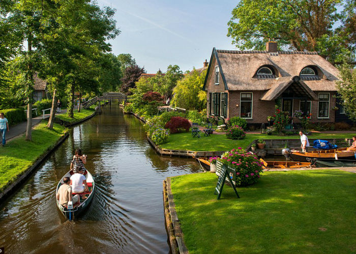 lifemagazinegr_ollandia_giethoorn_no_roads_or_cars_and_the_only_access